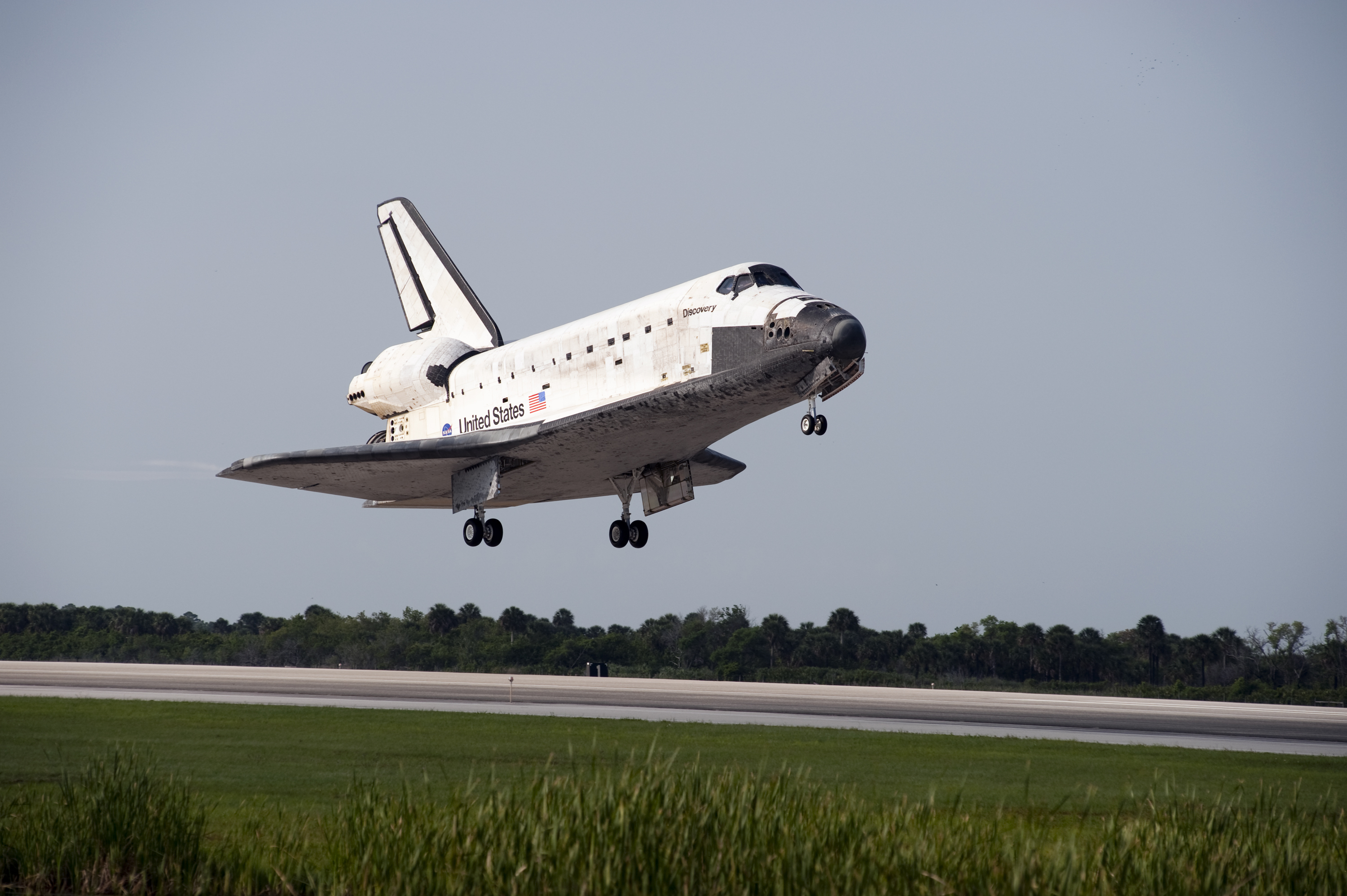 Space shuttle Discovery Landing At Nasa's Kennedy Space ...