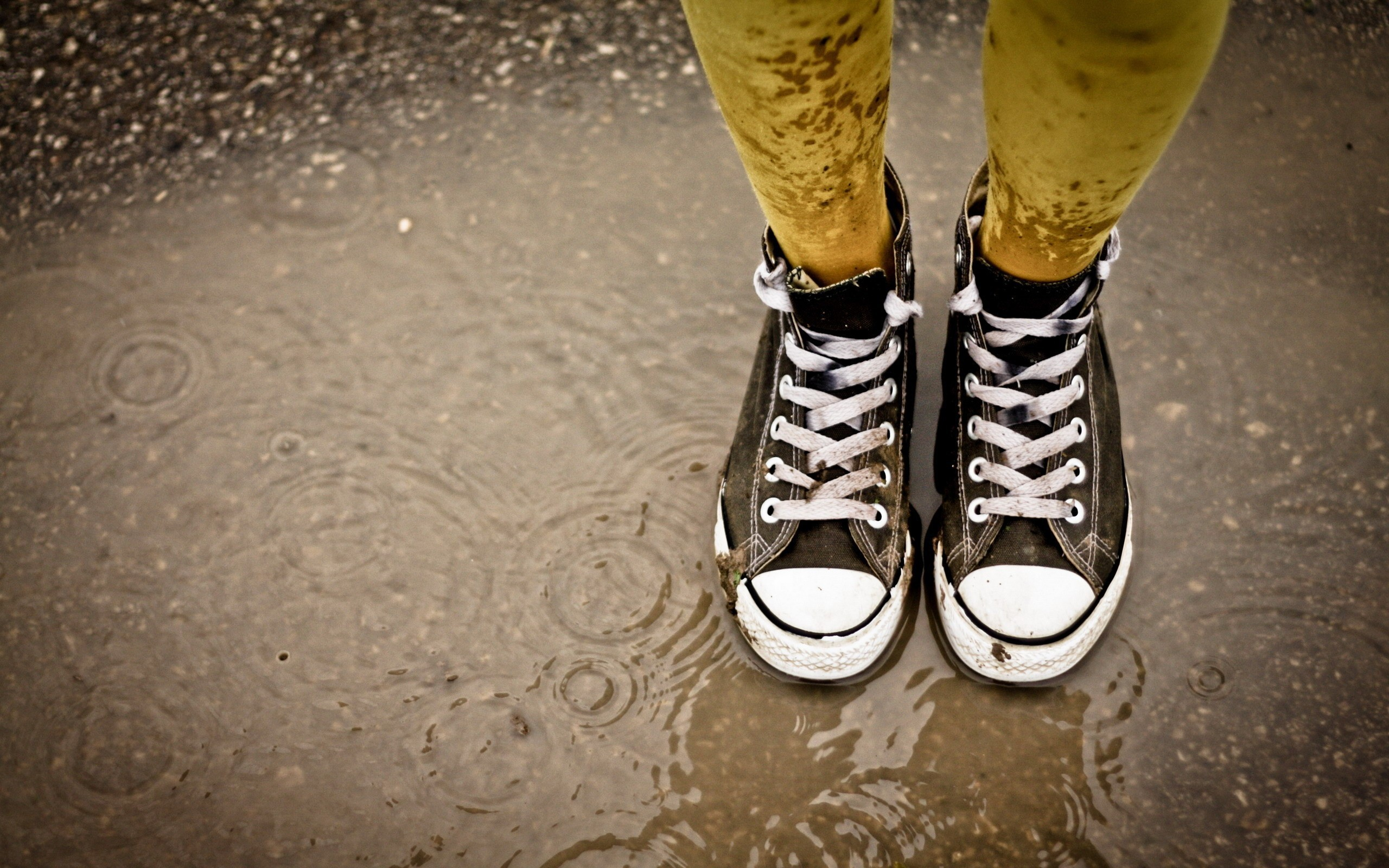 converse shoes in a circle wallpaper 2160p