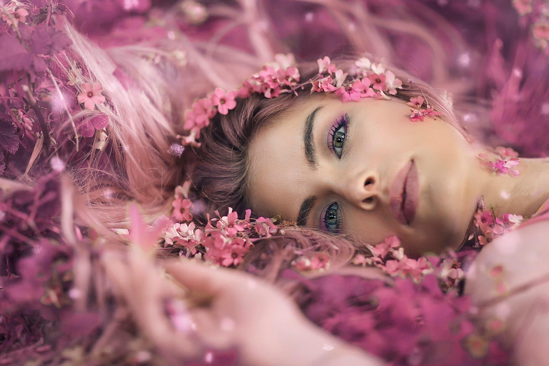 女性 - 面容  花 Woman Green Eyes Pink Flower 情绪 女孩 Lying Down 壁纸